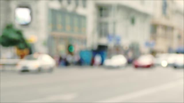 Defokussierten-Blick-von-Autos-und-Menschen-während-der-Rush-Hour-in-einer-Stadtstraße