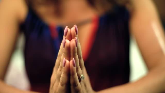 Manos-de-mujer-en-namaste-clásica-posición-mudra-yoga-para-gratitud-y-meditación