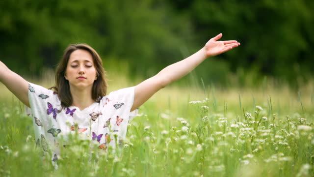 Namaste-Zeichen-nach-der-tiefen-Meditation-junge-Frau-sitzt-mit-geschlossenen-Augen-Einheit
