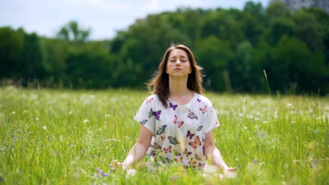 Unidad-con-la-naturaleza-joven-morena-mujer-cerrada-los-ojos-y-medita-al-aire-libre