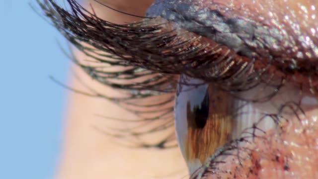 Mujer-marrón-ojo-de-la-bola-de-cierre-macro-02