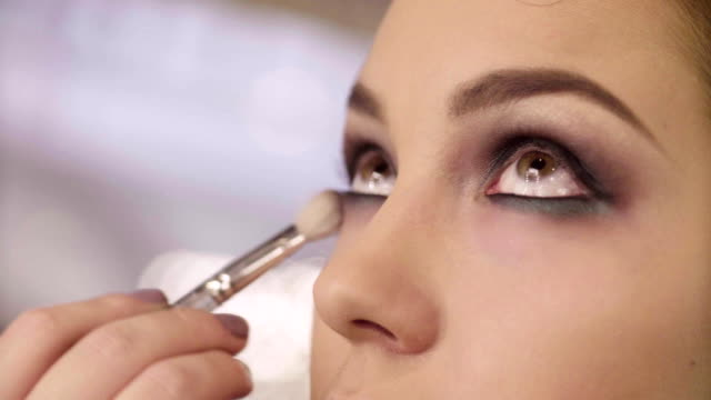 The-makeup-artist-shading-eyeshadow