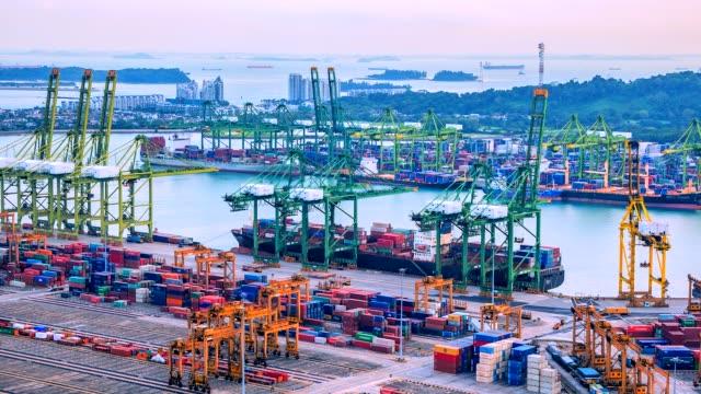 4K-lapso-de-tiempo-de-Puerto-Industrial-con-nave-de-contenedores-en-la-ciudad-de-Singapur