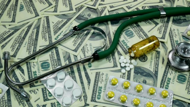 Regulador-tiro-de-billetes-de-un-dólar-y-la-medicina-sobre-la-mesa