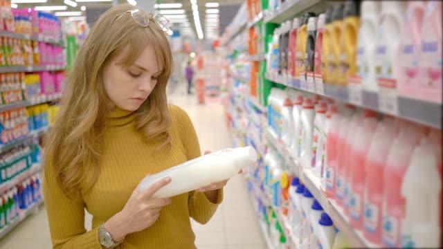 Mujeres-jóvenes-elegir-productos-químicos-domésticos-en-supermercado-