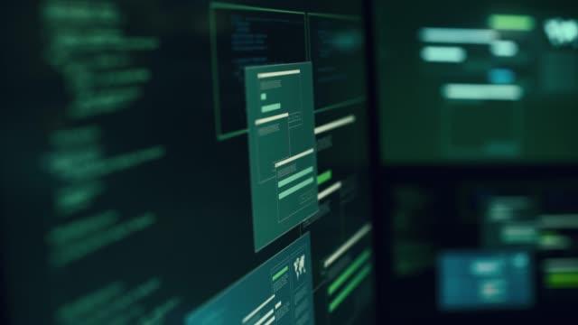 Desarrollador-y-hacker-workstation-con-múltiples-pantallas