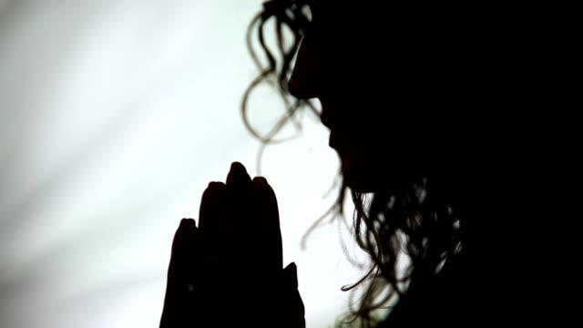 Nahaufnahme-von-Frau-Hand-in-Hand-im-Gebet-Gott-um-Hilfe-bitten-beten-Kontur