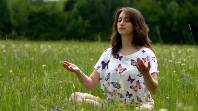 Mujer-termina-la-meditación-con-namaste-al-aire-libre-cámara-lenta-gratitud-de-yoga-a-Dios