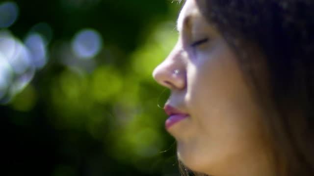 Close-up-Gesicht-der-Frau-mit-geschlossen-Augen-Meditation-im-Park-outdoor-Relax