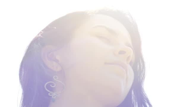 Frau-öffnet-Augen-sieht-in-der-Kamera-weiblichen-strenge-Blick-niedrigen-Winkel-geschossen-Slow-motion