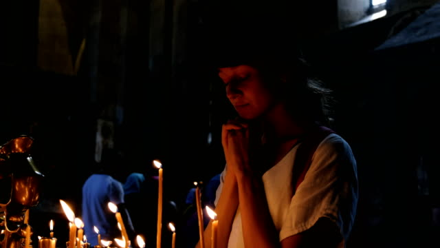 Turismo-mujer-reza-en-un-antiguo-templo-católico-ortodoxo