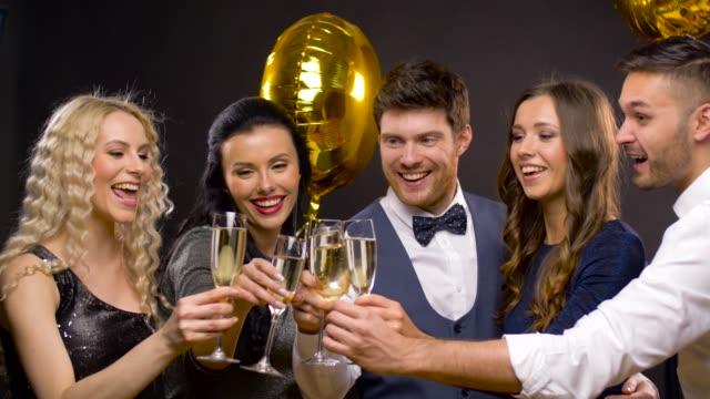 amigos-felices-del-tintineo-de-copas-de-champagne-en-la-fiesta
