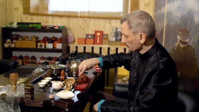 Master-prepares-the-tea-ceremony-Chinese-traditions