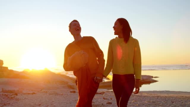 Paare-die-Hand-in-Hand-am-Strand-4k
