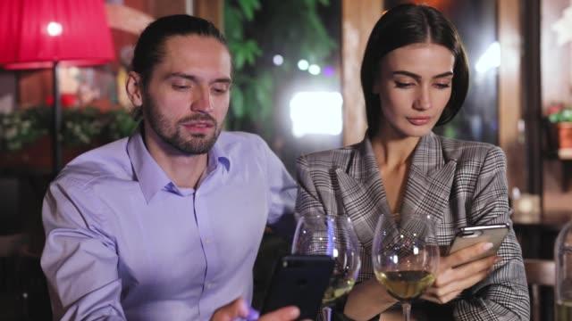 Problema-de-comunicación-Personas-que-usan-teléfono-fecha-en-restaurante