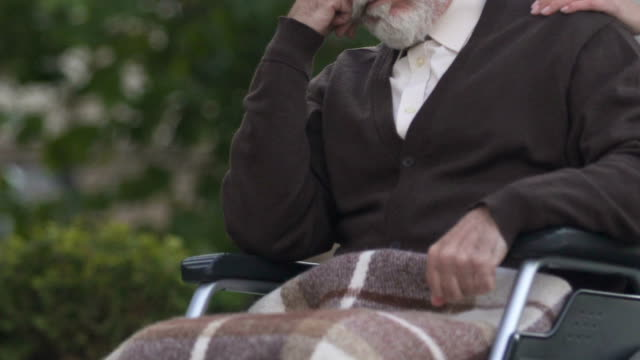 Eritrea-discapacitado-en-silla-de-ruedas-cuidando-del-enfermo-grave