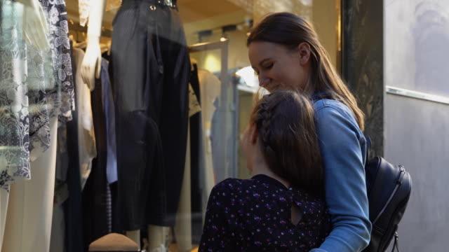 Familie-mit-Blick-auf-das-Schaufenster-des-Bekleidungsgeschäfts-