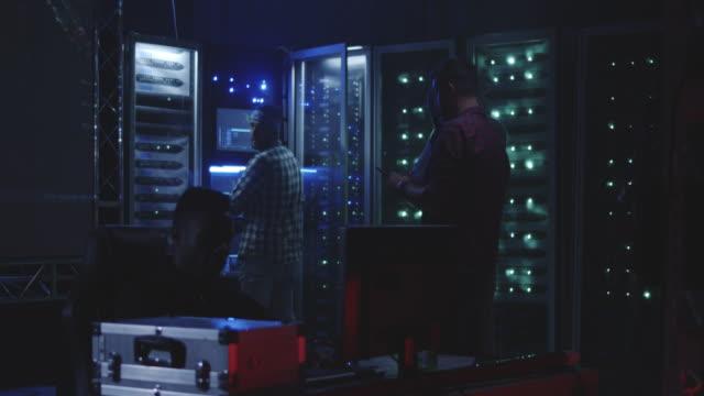 Hackers-trabajando-juntos-frente-al-mapa-del-mundo