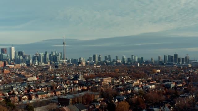 Toma-aérea-de-un-barrio-del-West-End-Toronto-a-finales-de-otoño-