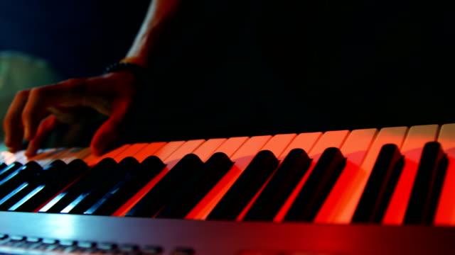 Músico-tocando-piano-eléctrico-4k