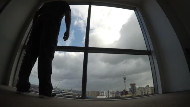 Hombre-envejecido-medio-melancólico-mira-por-una-ventana