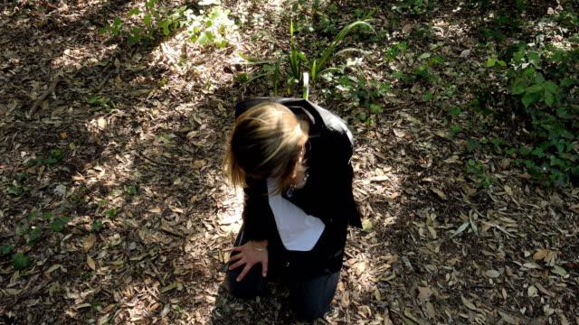 solitaria-mujer-llorando-asustada-en-bosque-de-rodillas-en-el-piso