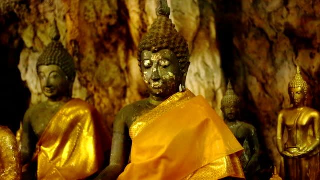 Oro-estatuas-de-Buda-en-el-tigre-de-la-cueva-Templo-Wat-Tham-Sua-provincia-de-Kanchanaburi-Tailandia