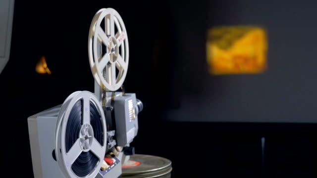 Mechanische-Filmprojektor-in-Betrieb