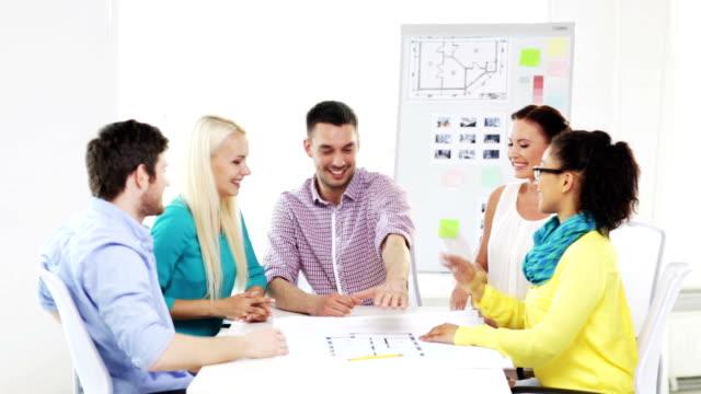 equipo-con-las-manos-encima-de-la-otra-en-la-oficina