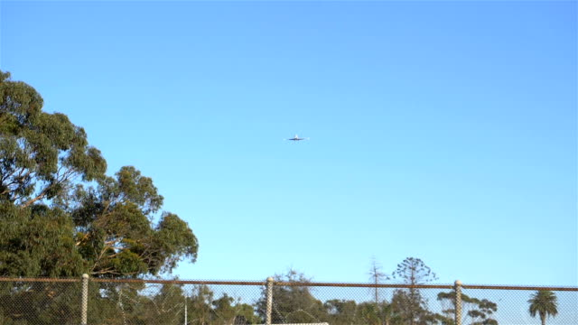 Airplane-flying-overhead-in-slow-motion