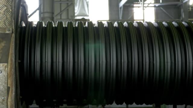 Fabricación-de-tuberías-plásticas-de-agua-Fabricación-de-tubos-a-la-fábrica-El-proceso-de-fabricación-de-tubos-de-plástico-en-la-máquina-herramienta-con-el-uso-de-presión-de-agua-y-aire-Formas-especiales-de-cartón-corrugadas-