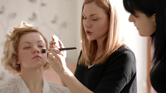 Makeup-artist-explain-to-student-how-to-use-cosmetics