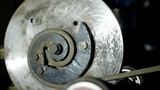 Trabajador-dobla-la-varilla-de-Metal-en-la-máquina