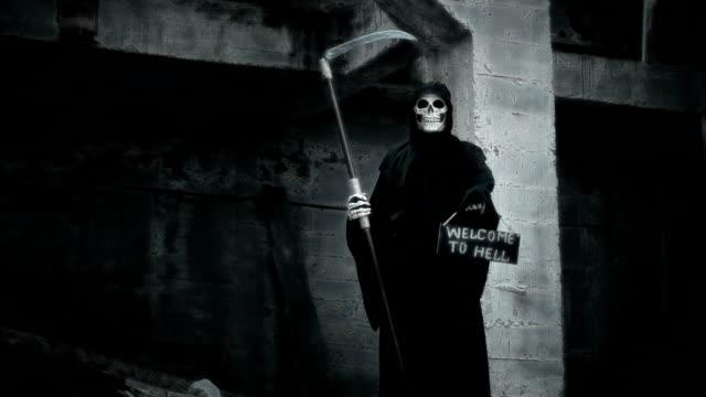 muerte-con-una-guadaña-carriles-un-cartel-con-la-inscripción-Bienvenido-al-infierno