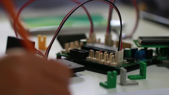 VÁSTAGO-de-educación-para-el-aprendizaje-electrónica-del-Consejo-para-ser-programa-por-electrónica-robótica-en-laboratorio-en-la-escuela-Concepto-de-matemáticas-ingeniería-ciencia-tecnología-para-la-innovación-en-el-aula