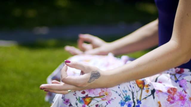 Klassische-Meditation-pose-Gyan-Mudra-Weisheit-Handbewegung-zu-meditieren-Frau-park