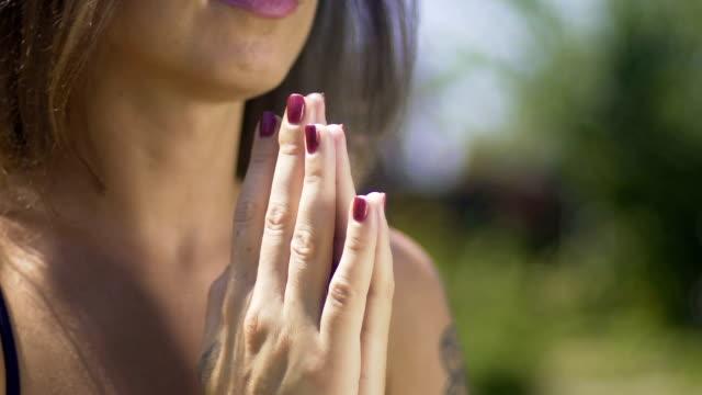Manos-de-oración-mujer-reza-con-los-ojos-cerrados-unidad-de-sentimiento-con-Dios-dentro-de
