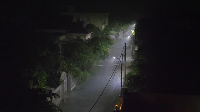 Starke-Regenfälle-in-der-Straße-in-der-Nacht