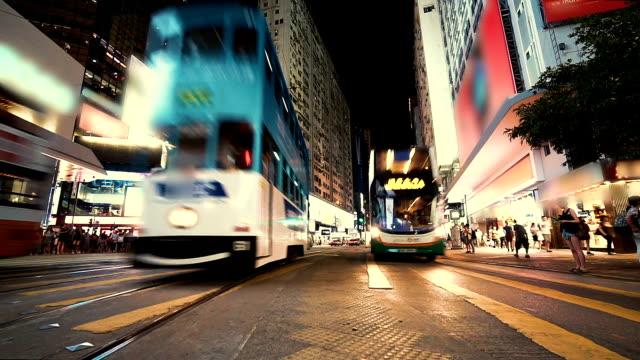 Schnell-bewegenden-unkenntlich-Menschen-und-Verkehr-während-der-Rush-Hour-