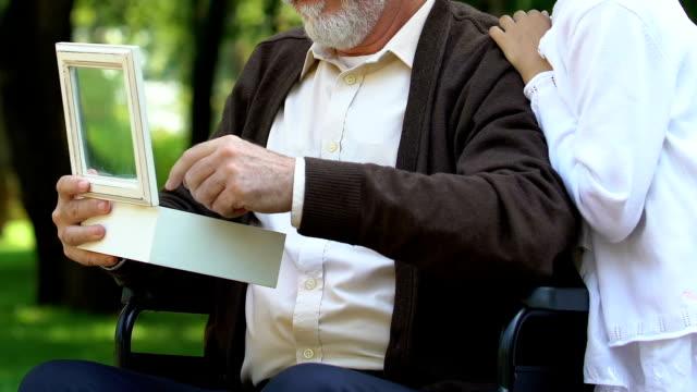 Discapacitados-colgante-de-anciano-mostrando-su-nieta-y-contar-historias