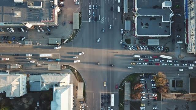 Vista-superior-de-la-intersección-del-camino-y-estacionamiento-de-drone-Mueve-coches