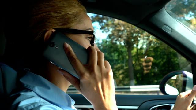 Unzufrieden-Damenchef-Auto-zu-fahren-mit-Telefon-Gespräch-Probleme-bei-der-Arbeit-gestört