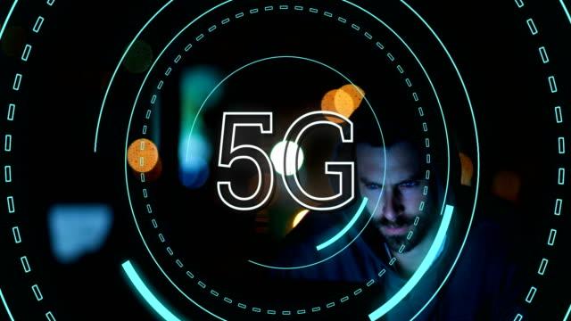 5G-geschrieben-in-der-Mitte-eines-futuristischen-Kreises-4k