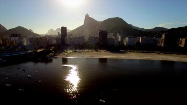 Rio-de-Janeiro-aéreo:-noche-se-levantan-sobre-el-mar-playa-de-Botafogo-y-edificios-con-Cristo-Redentor-en-el-fondo