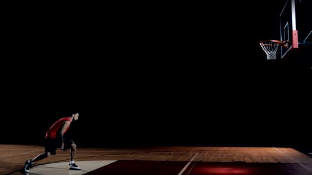Corre-un-jugador-de-baloncesto-y-hace-un-truco-de-mojar-por-sí-mismo