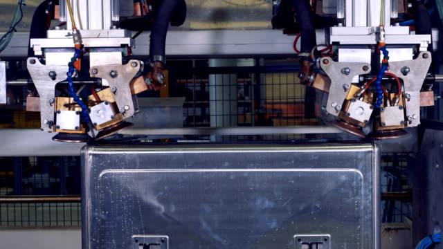 Una-caja-de-acero-se-convierte-dentro-de-una-máquina-robótica-durante-el-proceso-de-soldadura-4K-