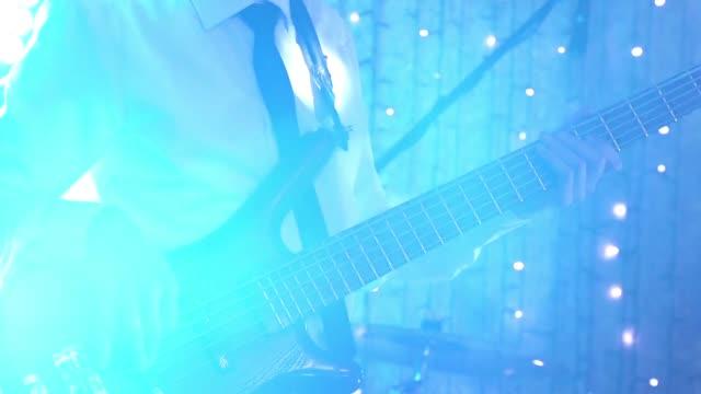 Bajista-de-hombre-tocando-la-guitarra-eléctrica-con-fade-out