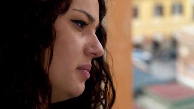 triste-mujer-pensativa-en-la-ventana-llorando