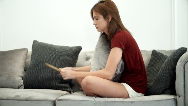 Junge-Frau-sitzt-weinend-und-siehe-Foto-im-Rahmen