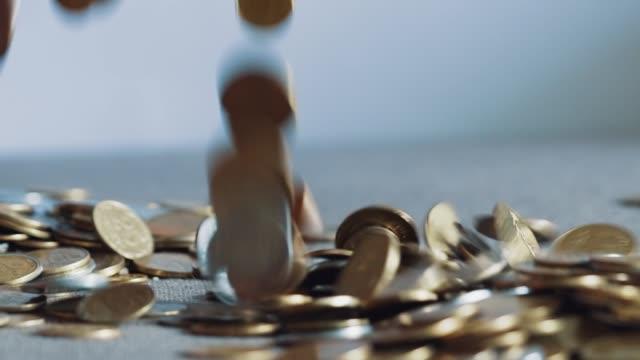Lote-de-monedas-en-las-manos-de-los-hombres-